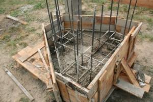 Начало заливки раствора в ростверк колонны
