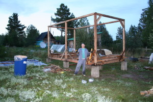 Евгений Лапухин на фоне каркаса обсерватории