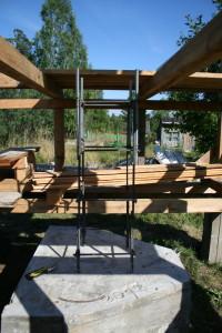 Установлена арматура для колонны. Наверху уже стоят шпильки.